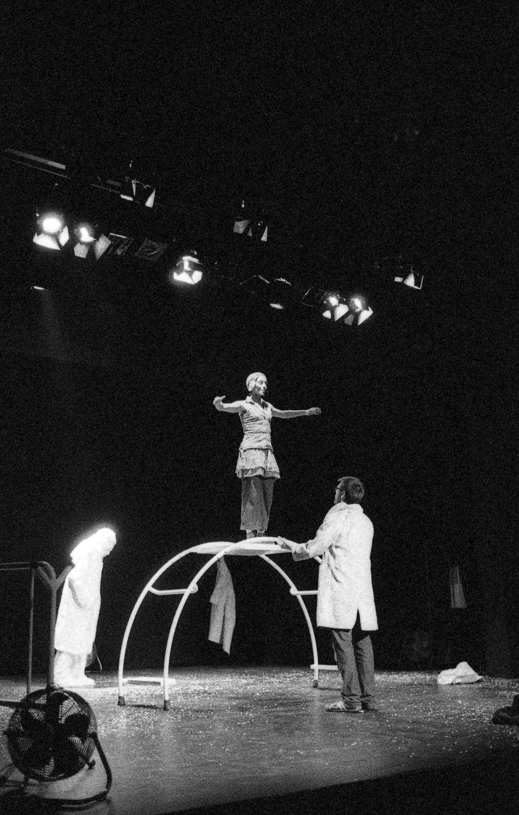 PUBLICADA 16.XII.16 Representació de _Refugiada poètica_, a càrrec de Claire Ducreux, al Festival Escena Poblenou, any 2014. Leica M6243