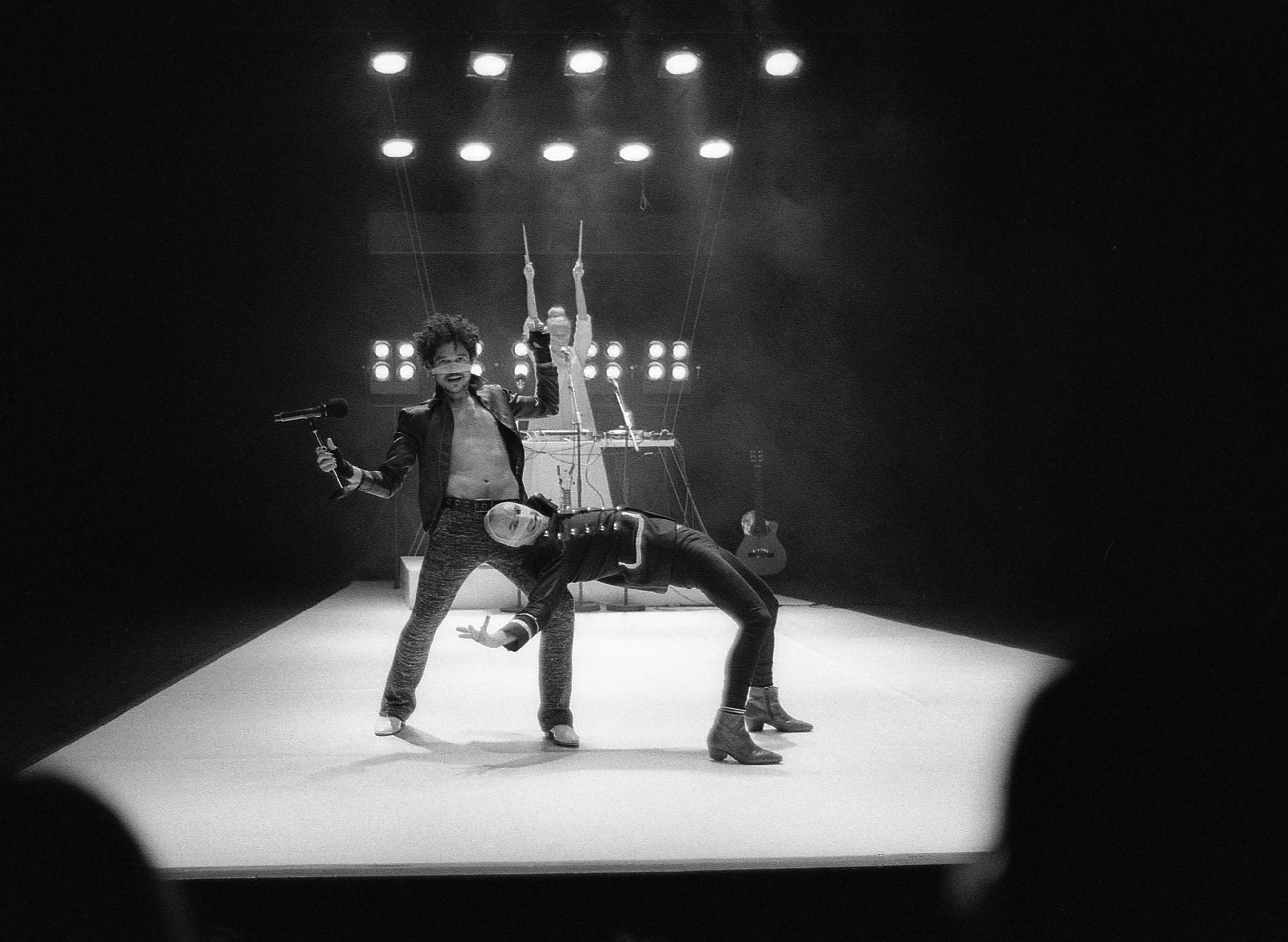 PUBLICADA 10.II.17 Representació de _La banda de la fi del món_, a càrrec de Loscorderos.sc-Miss Q, al Teatre de Salt, any 2014. Leica M6835