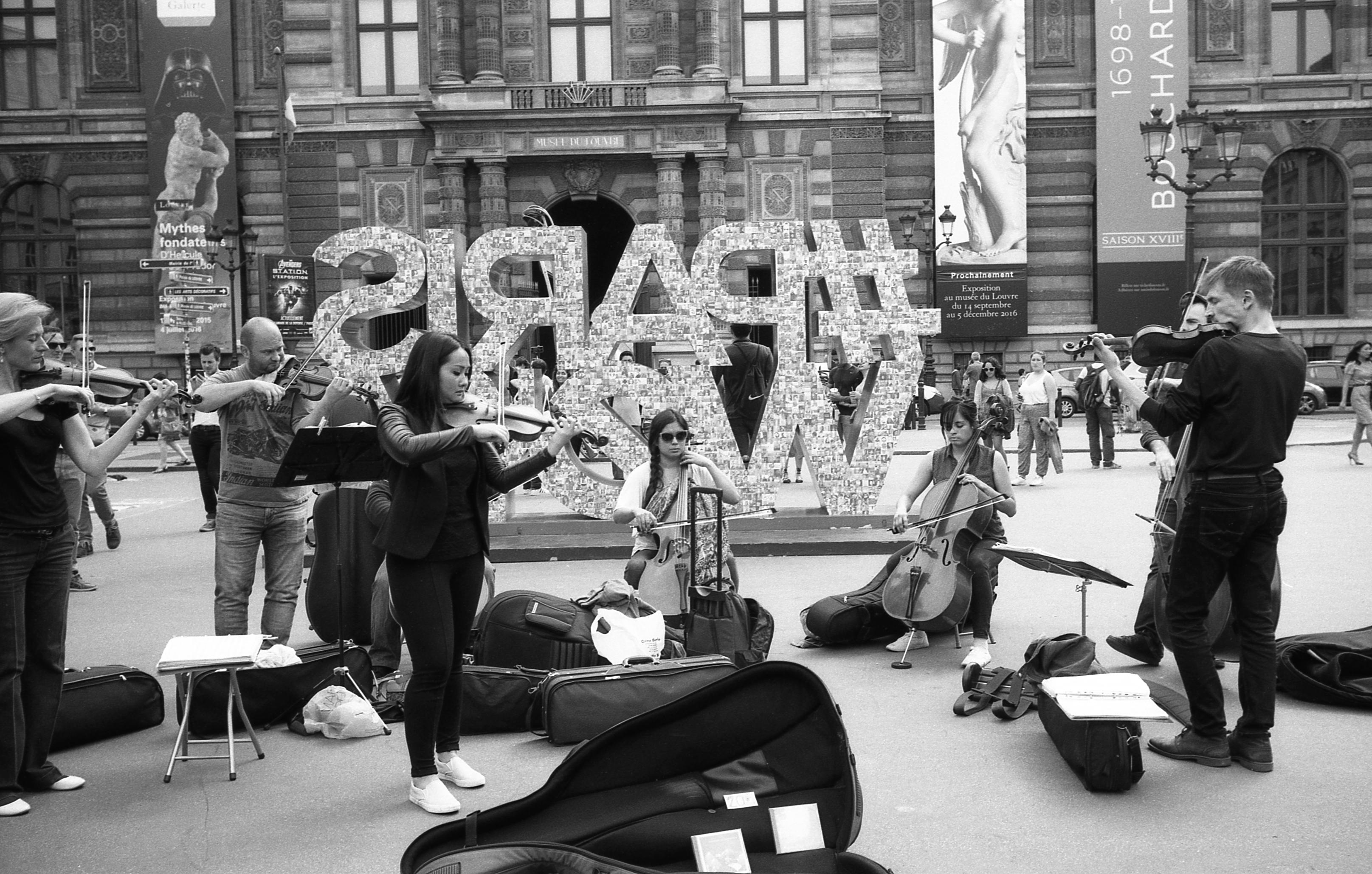 PUBLICADA 3.II.17 Músics tocant al carrer, a París, davant del museu del Louvre, any 2016. Leica M2223